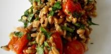 Салат из полбы (спельты) с запеченными томатами