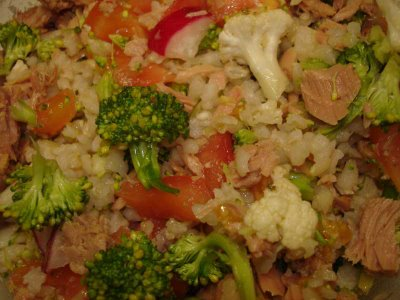 На одну порцию риса с тунцом и овощами