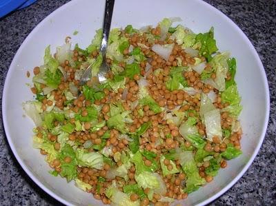 Салат с чечевицей, сельдереем, яблоком и листовым салатом